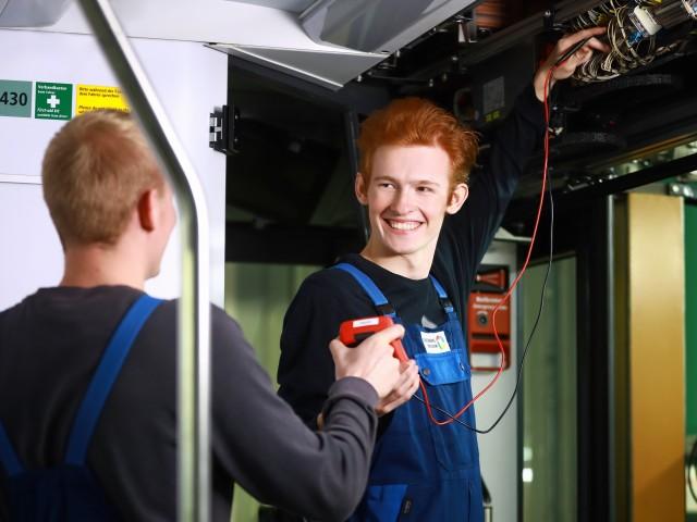 Kollege reicht Elektroniker für Betriebstechnik Prüfgerät, © Kathleen Friedrich