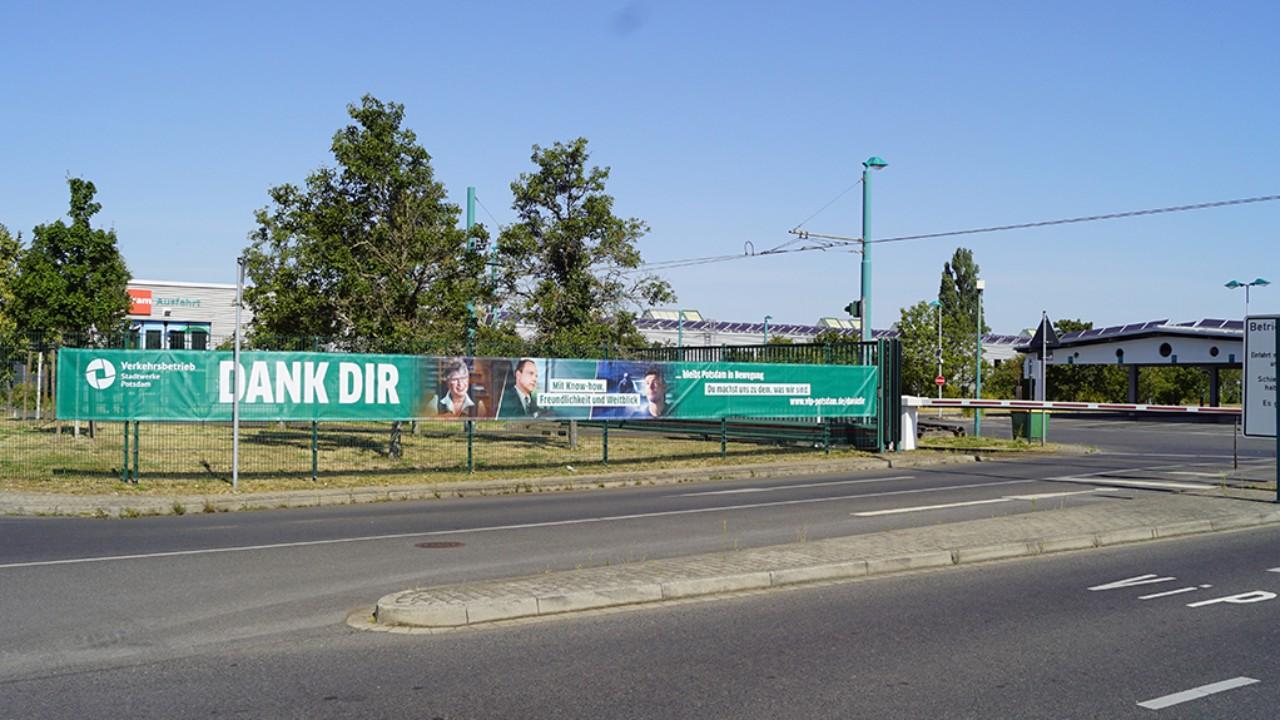 Banner der Kampagne Dank Dir vor dem Eingangstor vom Verkehrbetrieb