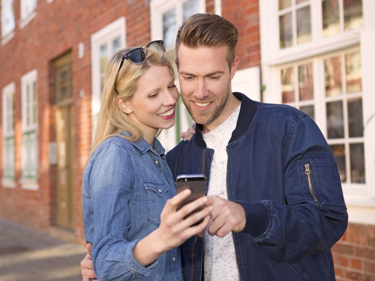 Junges Pärchen mit dem Smartphone in der Hand und der Echt Potsdam App im Holländerviertel, © Kathleen Friedrich