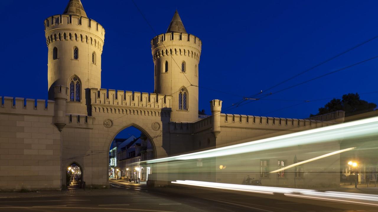 Straßenbahn zieht Lichtstreifen durch das Nauener Tor bei Nacht., © Fotolia /Katja Xenikis