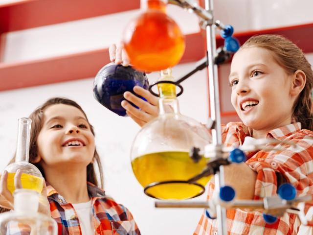 Zwei Kinder experimentieren in Chemie mit Flüssigkeiten in Kolben., © Fotolia / Viacheslav Iakobchuk