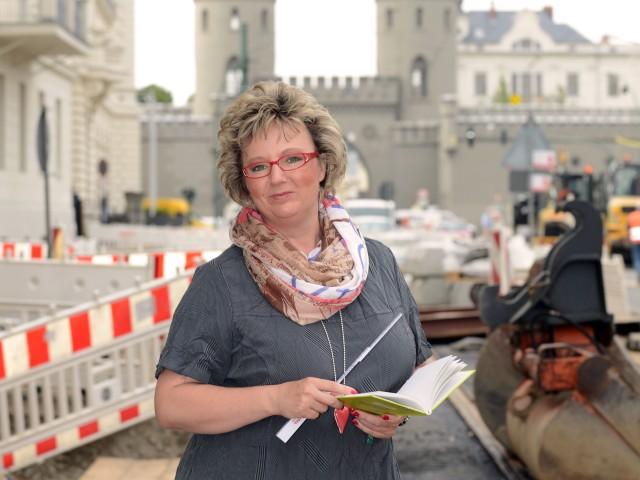 Mitarbeiterin der Stadtwerke Potsdam steht vor der Baustelle in der Friedrich-Ebert-Straße, © Sabeth Stickforth