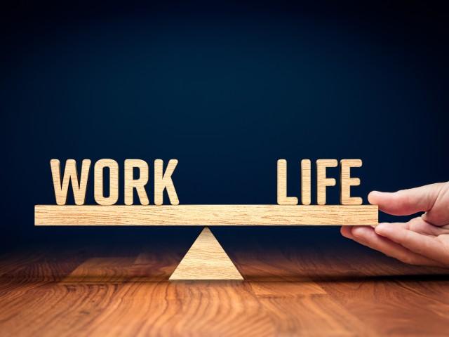 Hand hält Waage mit Work und Life im Gleichgewicht, © AdobeStock