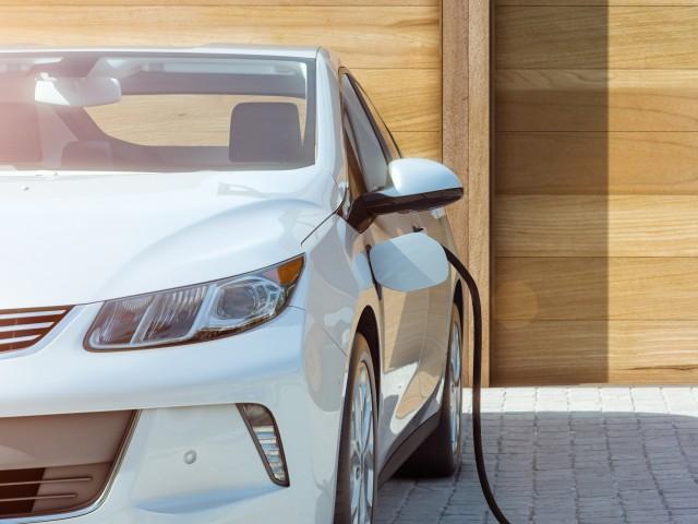 Elektroauto wird geladen, © fotolia
