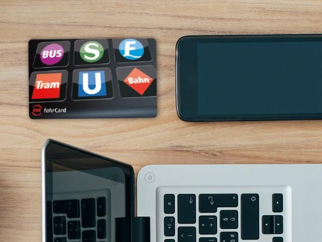 ABO-Kampagne - Bild mit VBB-fahrCard, Tasche und Laptop, © Kontur