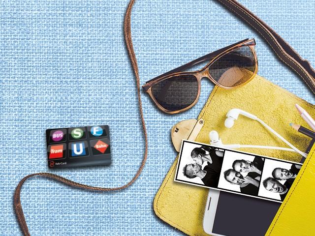 gelbe Tasche mit diversen Inhalt und der VBB-fahrCard