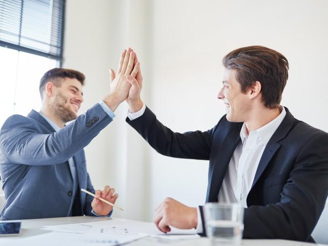 zwei Mitarbeiter beim Handschlag für Vertragsabschluss, © AdobeStock