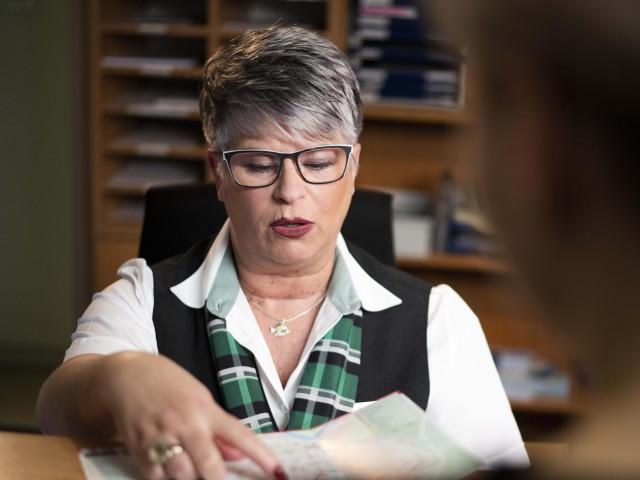 Mitarbeiterin aus dem Bereich Kundenservice erklärt einen Fahrplan, © vip/kontur