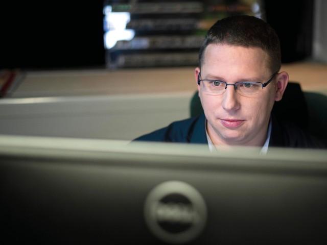 Mitarbeiter aus dem Bereich Technik schaut auf Bildschirm, © vip/kontur