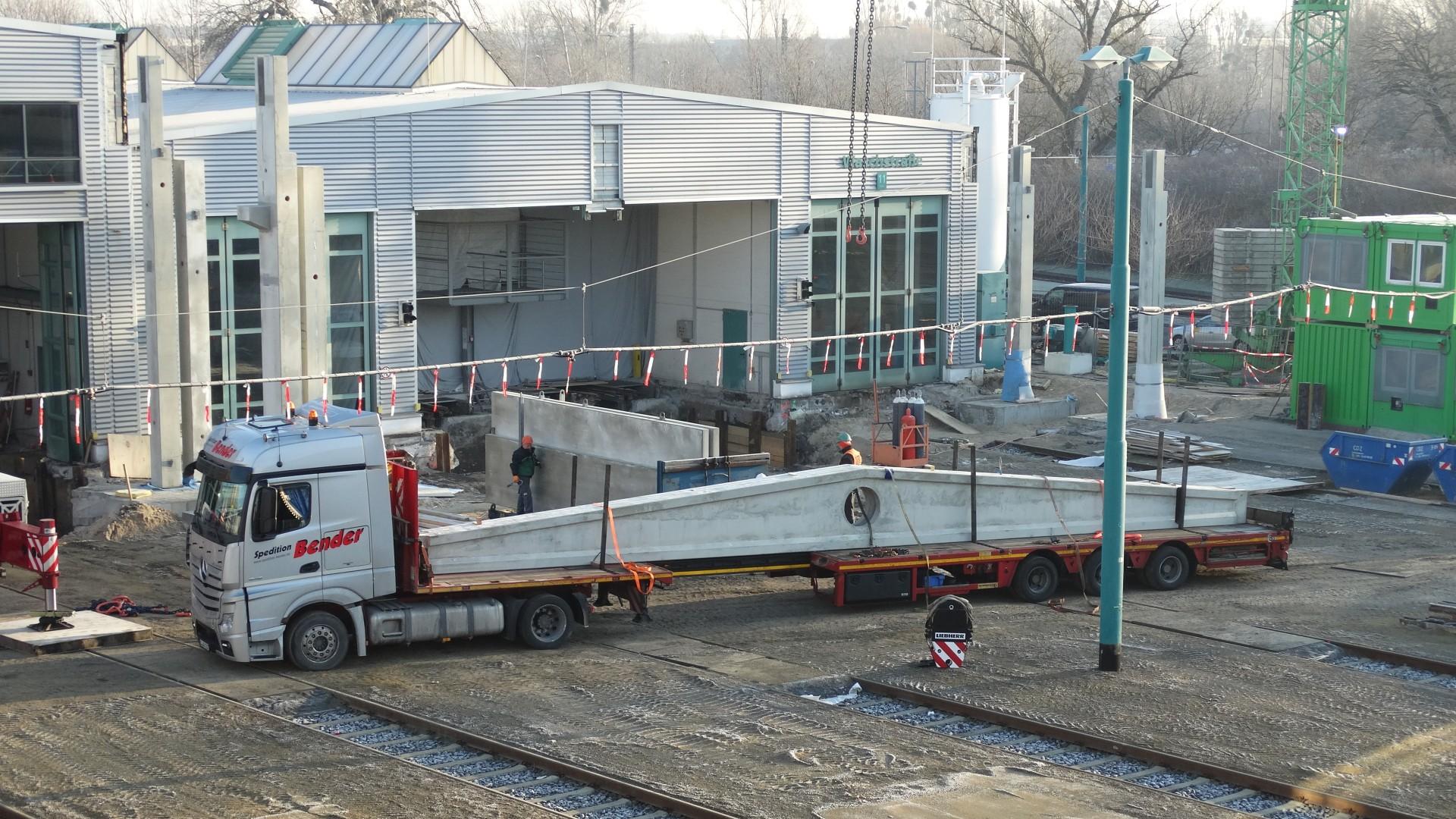 Dachbinder für die Werkstatterweiterung werden vor der Halle angeliefert, © ViP