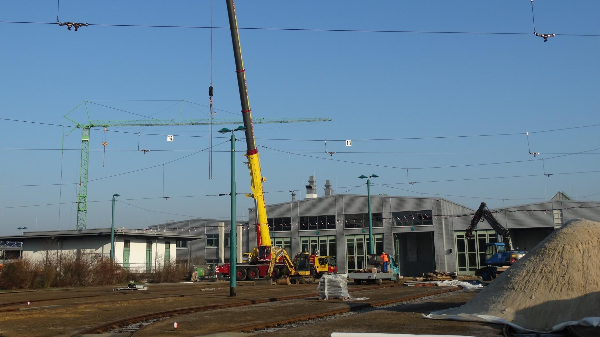 Werkstatt Tram aufstellen der Stützpfeiler für das Dach, © ViP