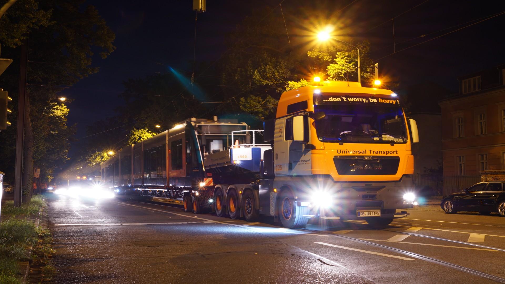 Anlieferung Combino 410 am 8.5.2017 -im Bereich Glienicker Brücke, © Ivo Köhler
