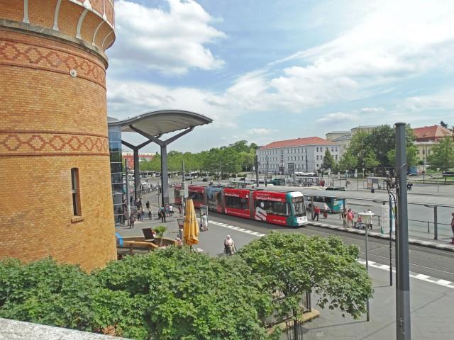 Blick auf den Wasserturm am S Hsuptbahnhof und der Strassenbahnhaltestelle