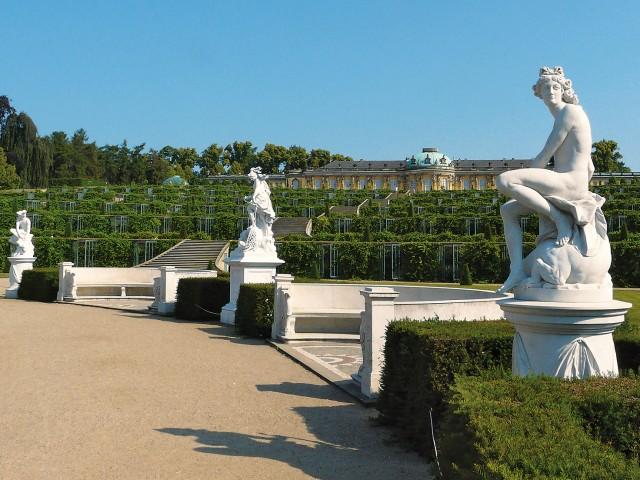 Schloss Sanssouci mit Statuern im Vordergrund, © Joachim Nölte, terrapress