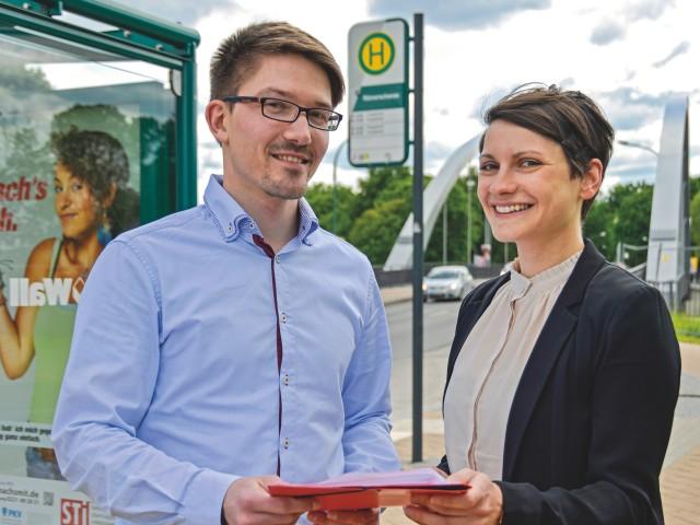 Ein Mann und eine Fraun aus der Verkehrsplanung vom Verkehrsbetrieb Potsdam stehen ander Haltestelle Römerschanze, © Sabeth Stickforth