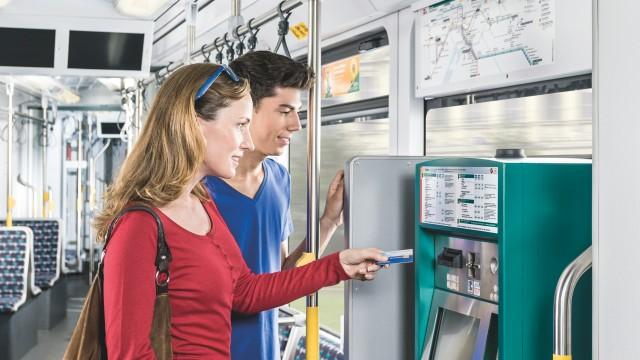 Junge Leute stehen am Fahrkartenautomaten in der der Strassenbahn, © Unbekannt