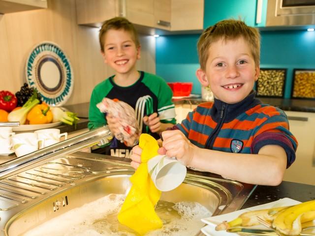 Kinder beim Abwaschen, © Beate Wätzel