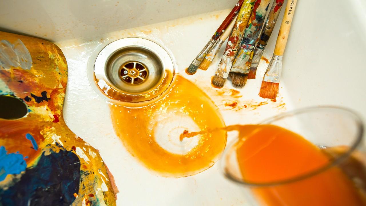 Lebensmittelfarbe wird über das Waschbecken im Abwasser entsorgt, © Beate Wätzel