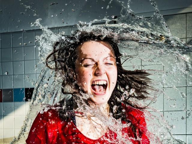 Frau wird nass gespritzt, © Beate Wätzel
