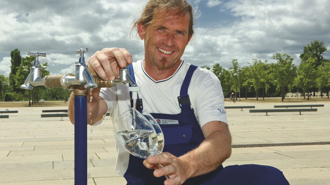 Mitarbeiter der Energie und Wasser nimmt Wasserprobe am Lustgarten in Potsdam