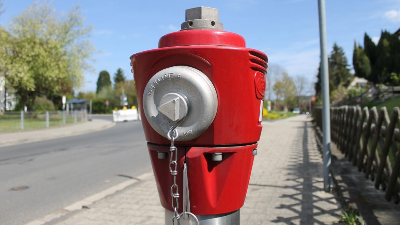 Überflurhydrant auf den Gehweg am Straßenrand in einer Wohnsiedlung